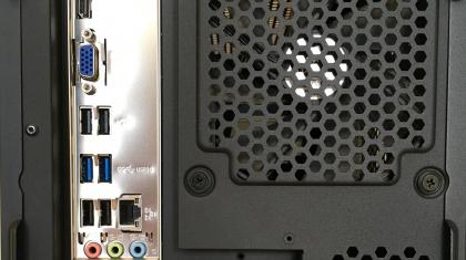 computerkast_achterkant_aansluitingen