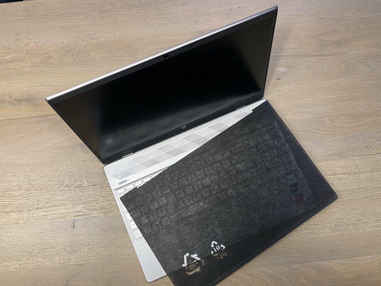 HP laptop met bescherming voor op de toetsen.