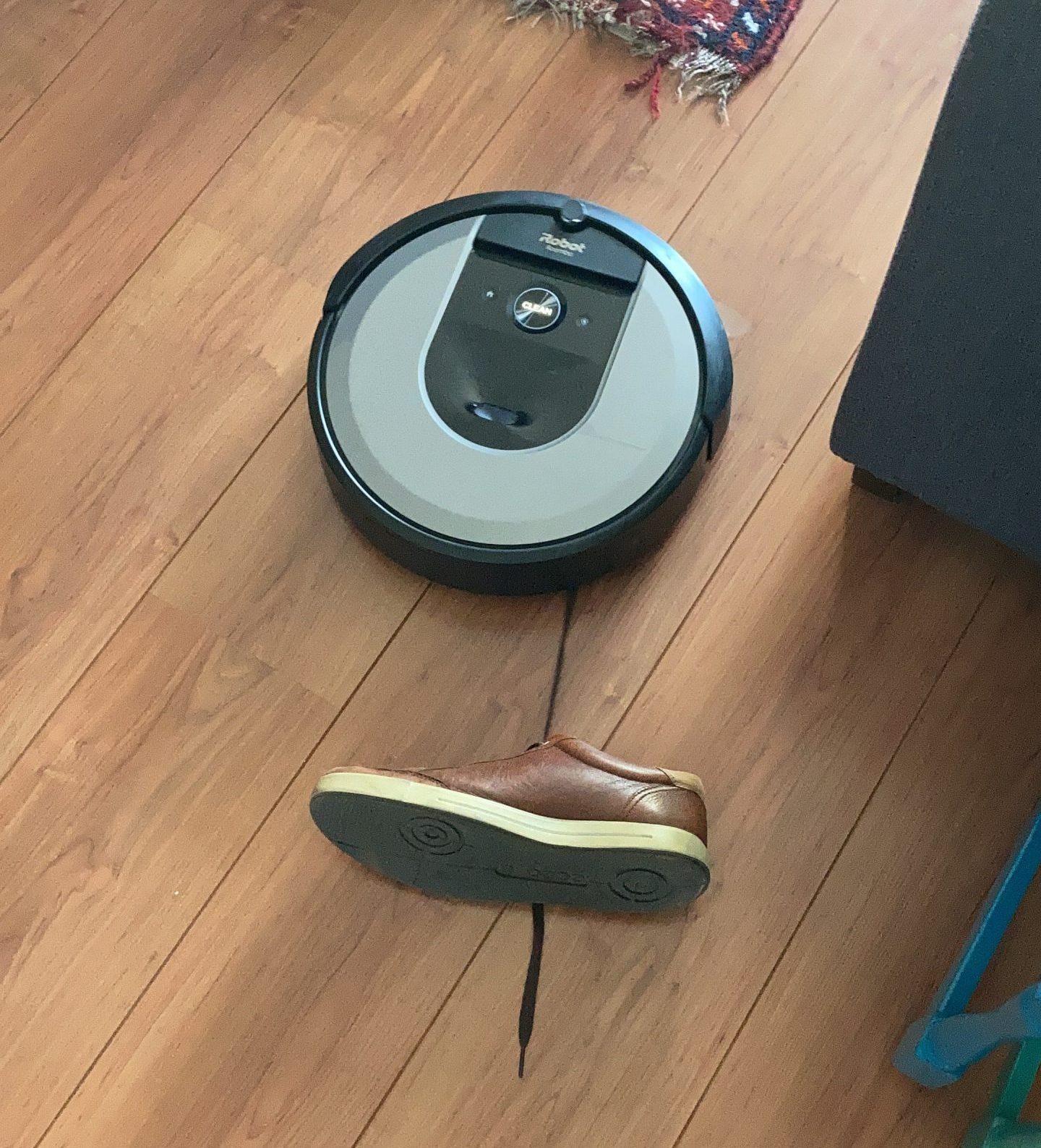 De iRobot Roomba i7 gaat er met een schoen vandoor.